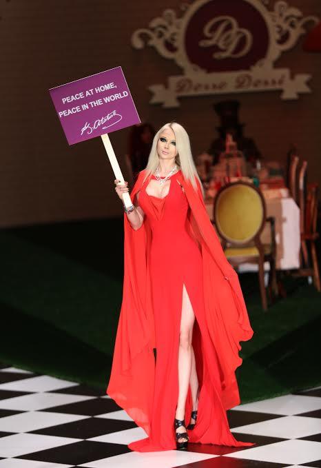 Dosso Dossi Fashion Show'da Candice Swanepoel yerine canlı Barbie Valeria Lukyanova 1