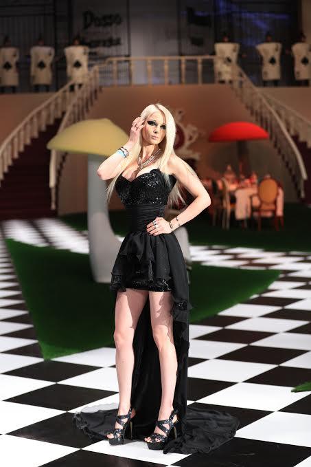 Dosso Dossi Fashion Show'da Candice Swanepoel yerine canlı Barbie Valeria Lukyanova 4