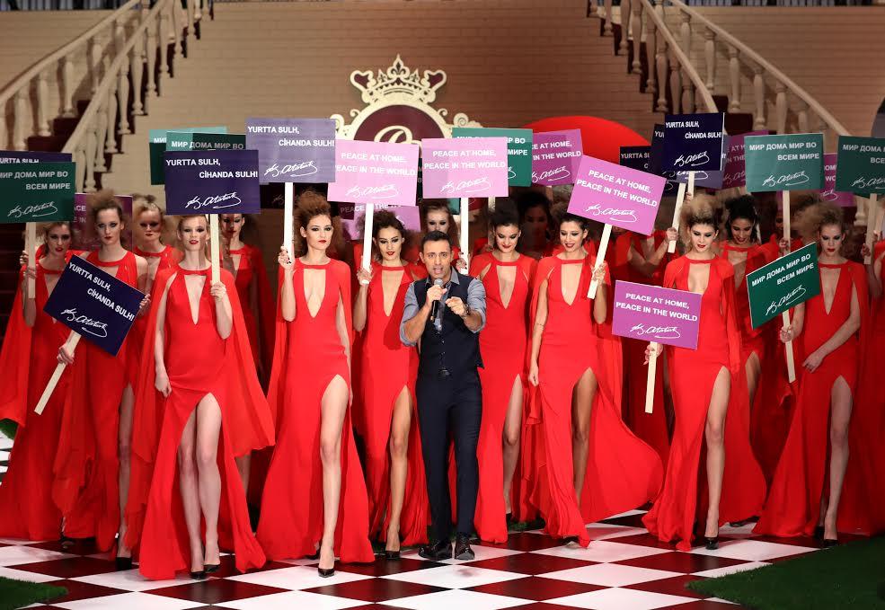 Dosso Dossi Fashion Show'da Candice Swanepoel yerine canlı Barbie Valeria Lukyanova 2