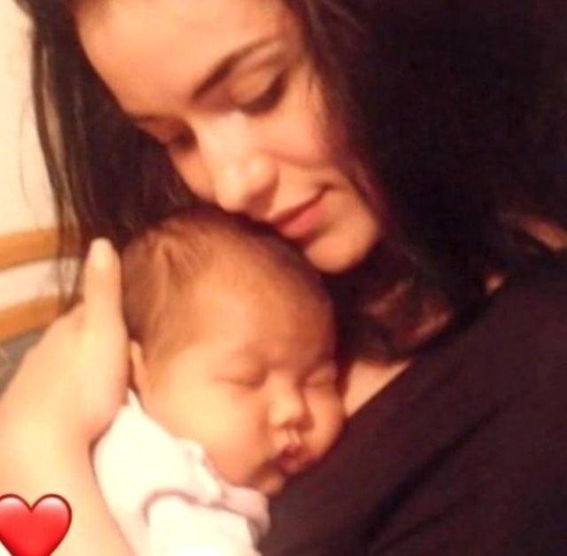 Burak Özçivit ve Fahriye Evcen çiftinin bebeklerinden ilk fotoğraf geldi 1
